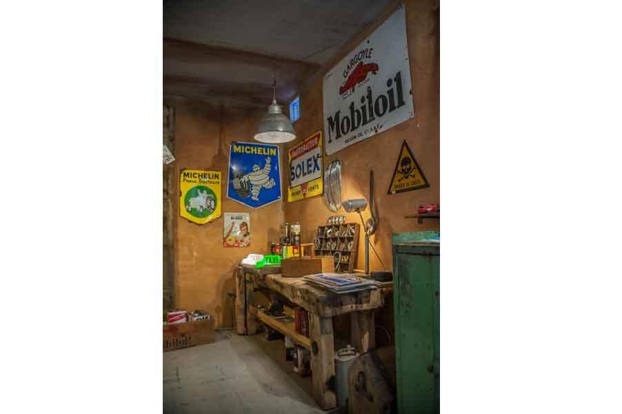 Un vieux garage espace automobilia aux puces du Canal chez Jean-Marc Le Chineur du Canal