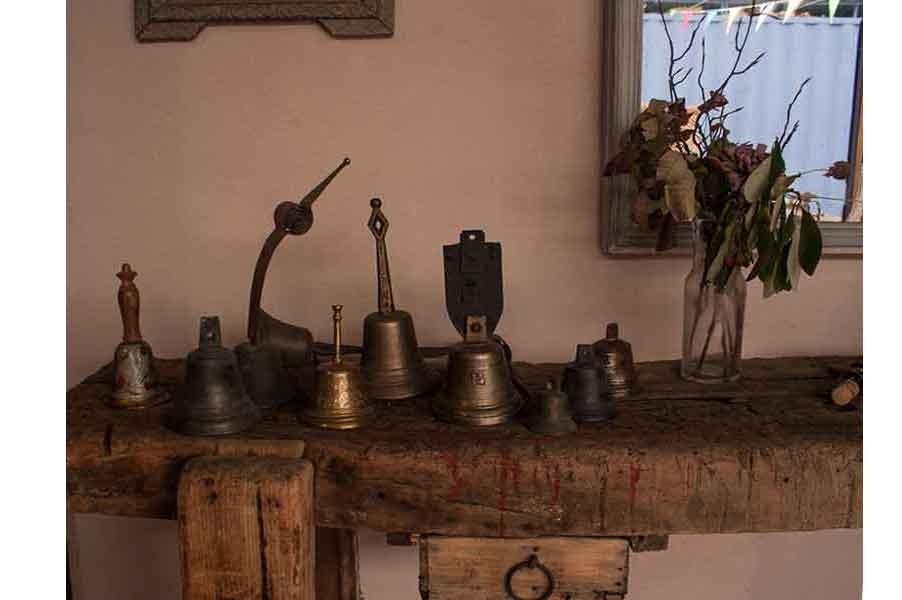 Accéssoires de la vie de tous les jours avec les Cloches et clochettes aux Puces du Canal chez Jean-Marc le Chineur du Canal