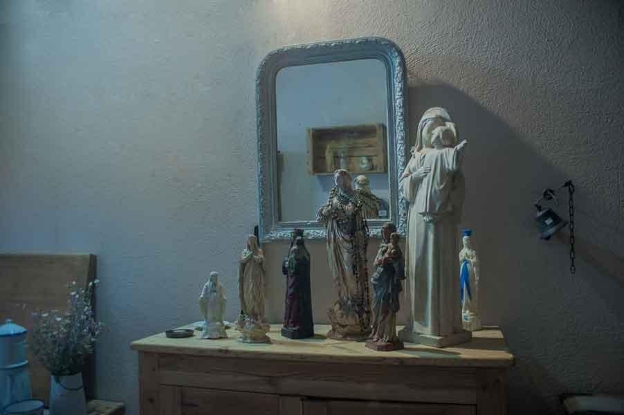 Les statuettes religieuses aux puces du Canal à Villeurbanne